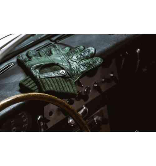 Type LM72 W - Gants de conduite en agneau nappa, patinés en pièce, gant intérieur non amovible en cachemire double fil, double perforation sur la paume et le dos de la main, couture externe des fourchettes, bride de fermeture et bouton pression en nickel gravé d'un phœnix, logo de la maison. Fabriqué à la main. Ce modèle de gants de conduite rend hommage à la ténacité des pilotes d'endurance. Il est le modèle originel et signature de la maison.