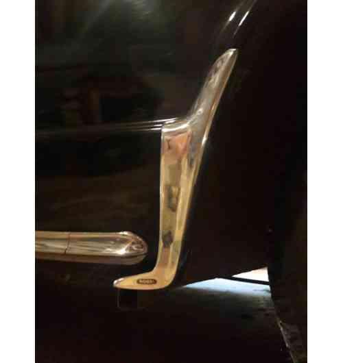 Accessoires ROBRI - Les accessoires ROBRI existent depuis 1921. D'une fonction utile pour, par exemple, la protection des véhicules populaires contre les projections de gravillons, ils sont désormais devenus des accessoires de décoration pour les véhicules de collection. Belles Anciennes est propriétaire de la marque ROBRI sur toute l'Europe et continue de faire fabriquer des objets mythiques dans la même fonderie française et chez le même polisseur français depuis des dizaines d'années.
