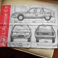 Essuie-mains L'Agence CX - Essuie-mains à l'effigie de L'Agence CX et de la Citroën CX, tissé par la maison Moutet (Orthez 64 - https://www.tissage-moutet.com/) selon la technique du Jacquard, pour vous accompagner au quotidien... jusque dans votre cuisine pour de nombreuses années ! Cet article de qualité reproduit le plan 3 vues tiré du manuel de bord des Citroën CX ph1. Il est en même temps un vrai produit du savoir faire artisanal français des arts de la table, bien sûr, éminemment durable