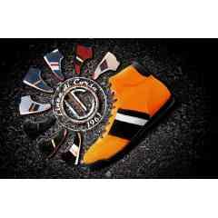 Estoril - SPORT ET ELEGANCE La dernière née de la gamme offre le meilleur des deux mondes. Confort et Maintien, Sport et Elégance , semelle fine à l'avant pour une excellente sensation au pédalier, talon ergonomique pour un réel confort de marche. Elle bénéficie bien entendu des trois oeillets de couleurs qui sont la signature de toutes nos chaussures.  Son nom ? ESTORIL.  100% cuir à l'intérieur , Cuir et Nubuck à l'extérieur . Disponible en 9 couleurs et 6 tailles