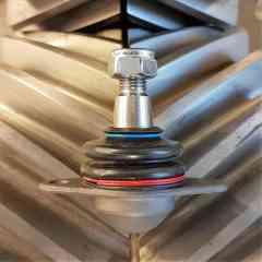 2x Rotules de Suspension CITROEN CX I ou CX II (qualité OEM) pièces neuves - Paire de Rotules de Suspension  - Rotules inférieures - 14 mm - Refabrication exclusive, conforme à l'origine  Pour toutes Citroën CX à partir de Mai 77 : CX I, CX II, voies étroites, voies larges, berlines et breaks.  Avantages : - relief du corps de rotule ajusté : répartition des efforts sur l'ensemble de la surface de contact dans le pivot - pas de déformation du pivot (aluminium) consécutivement à efforts dynamiques sur les 2 vis de fixation - soufflet caoutchouc à épaisseur augmentée = durabilité accrue  Conseil d'utilisation - changement sans difficulté en dévissant à partir du pivot - toujours changer les rotules par paire  n° d'équivalence : 75 529 907 / 95 558 213  Quantité 1 = 1 paire de rotules, droite et gauche,