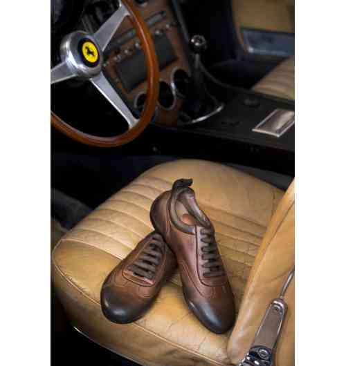 """RACING Stradale Low Vintage - Chaussures de conduite basse en veau pleine fleur, patinées en pièce, intérieur en cuir matelassé, bouton métal avec un phœnix gravé, logo de la maison, sur la languette arrière. Cette chaussure de conduite a été réalisée par le producteur des chaussures des pilotes de Formule 1. La semelle, ultra technique, allie confort, légèreté et précision du toucher. - Intérieur entièrement en cuir et système de ventilation """"air force"""" pour un vrai confort, - Semelle de montage (non visible) en cuir véritable, renforcée sur la pointe et le talon pour une parfaite précision et sensibilité sur la pédale, - Semelle extérieure en gomme ultra légère et résistante aux hydrocarbures, talon recouvrant et non abrasif pour une bonne adhérence sans abîmer la moquette de l'habitacle."""